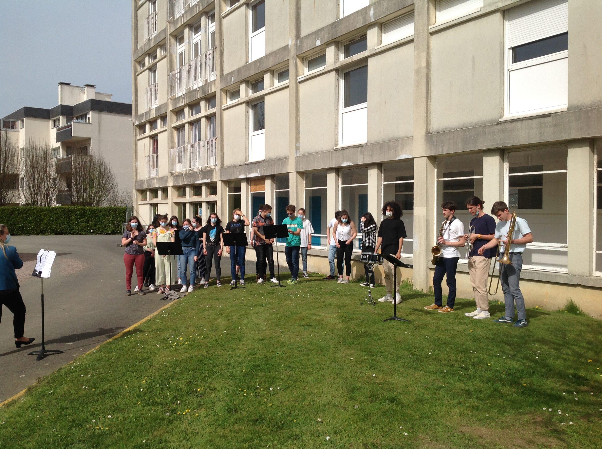 Pratique collective dehors au soleil !