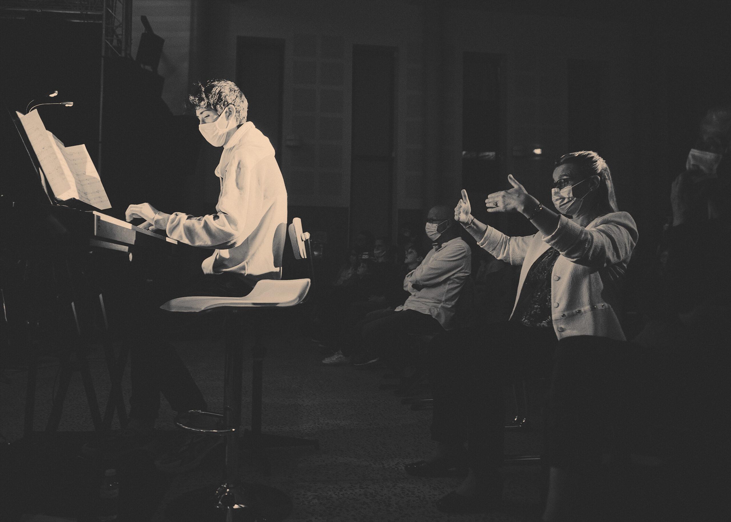 02y Eliote au piano